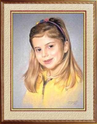 Портрет улыбающейся девочки